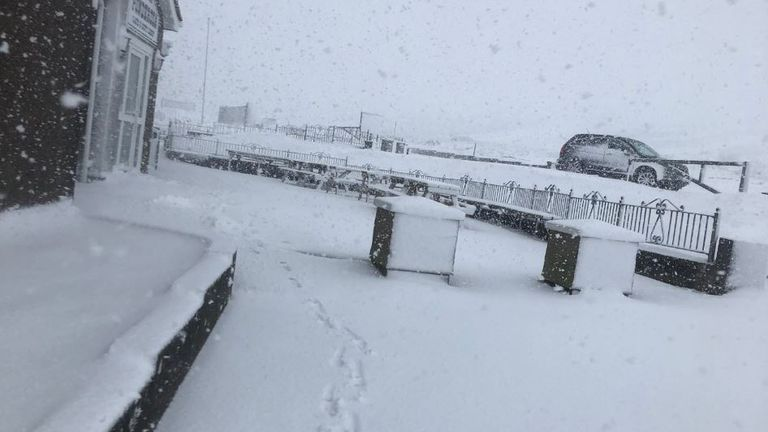 Heavy snow in the Horseshoe Pass in northeast Wales. Pic: @ShopInTheCloud