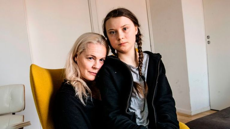 TOPSHOT - Greta Thunberg (R), 15, poses with her mother, opera singer Malena Ernman, in Stockholm, April 17, 2018. (Photo by Malin Hoelstad/SvD/TT / various sources / AFP) / Sweden OUT (Photo by MALIN HOELSTAD/SVD/TT/TT NEWS AGENCY/AFP via Getty Images)