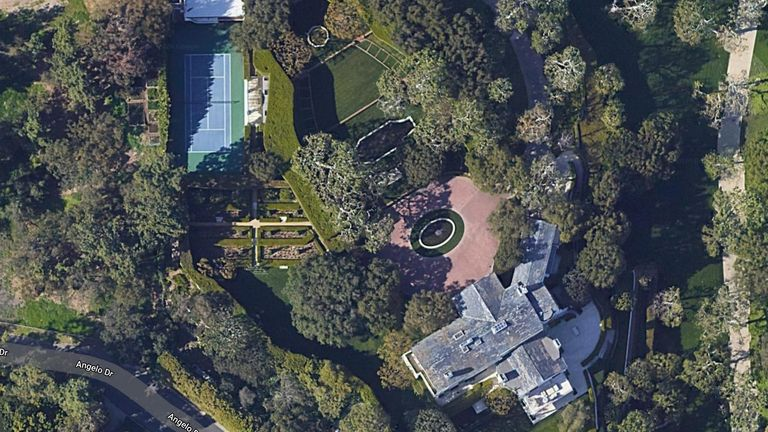 9.4 hektarë (3.8 hektarë) mban emrin e shefit të Warner Bros Studios Jack Warner