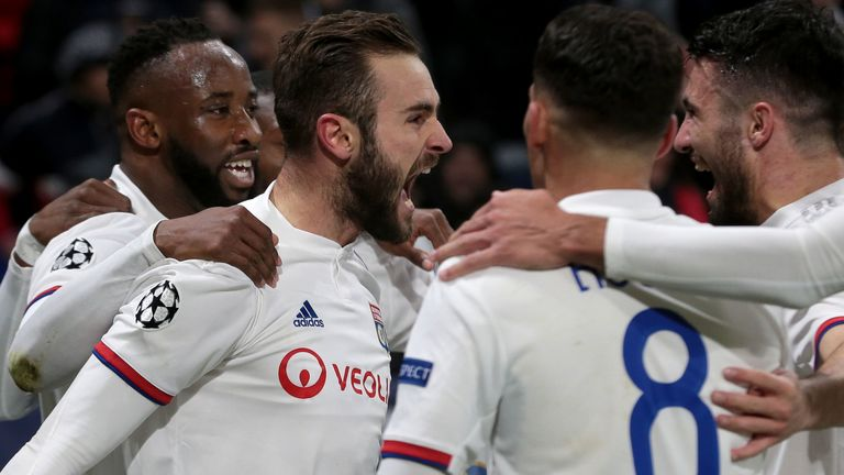 Lyon, France 26.02.2020, UEFA Champions League - 2019/20 Season, Achtelfinale, Olympique Lyon vs. Juventus Turin, Lucas Tousart (Olympique Lyon) Torjubel, jubelt nach seinem treffer zum 1:0, celebrates after scoring his team's first goal with teammates, (Foto: Harry Langer/DeFodi.eu)