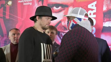 Usyk & Chisora take selfie at head-to-head!