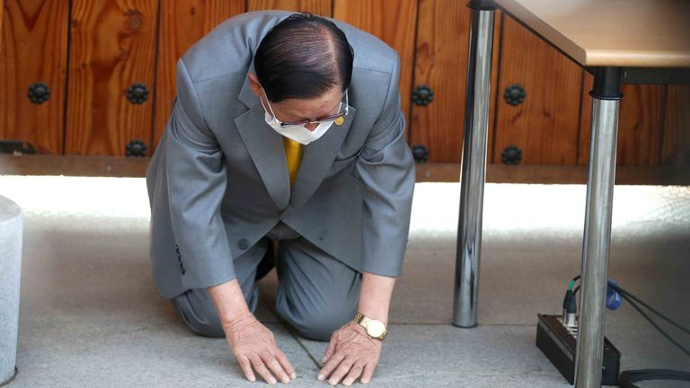 South Korean cult leader Lee Man-hee apologises for the spread of coronavirus