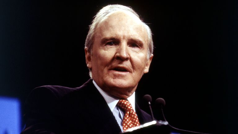 Jack Welch at a news conference to announce a joint venture with Microsoft in 1995