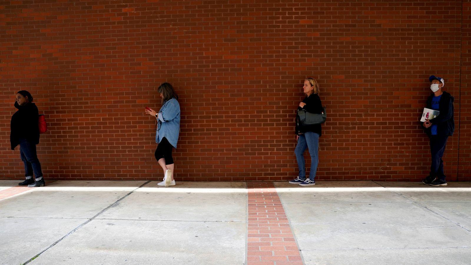 One in ten US workers lose jobs in last three weeks