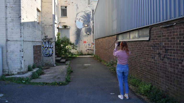 Les gens ont pris des photos de la peinture murale mise à jour à Bristol