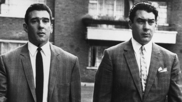 circa 1965:  Notorious London gangsters Ronnie and Reggie Kray.  (Photo by Evening Standard/Getty Images)