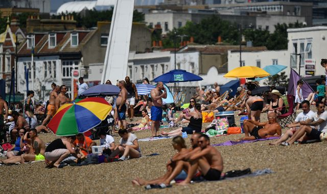 Coronavirus: Britons flock to beaches as UK basks in hot bank holiday weather