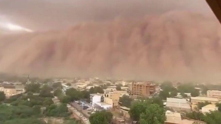 Huge dust cloud looms over Niamey in Niger