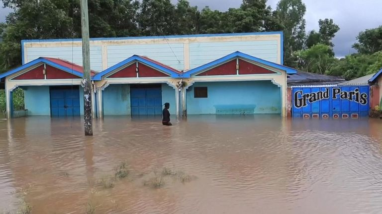 Thousands flee as floods wreak havoc in western Kenya.
