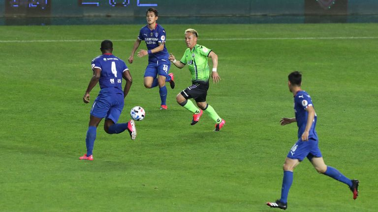 Jeonbuk Motors won the game against Suwon Bluewings (in blue) 1-0