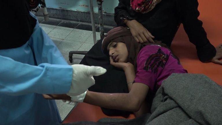 Yemen, doctors treat a woman in hospital