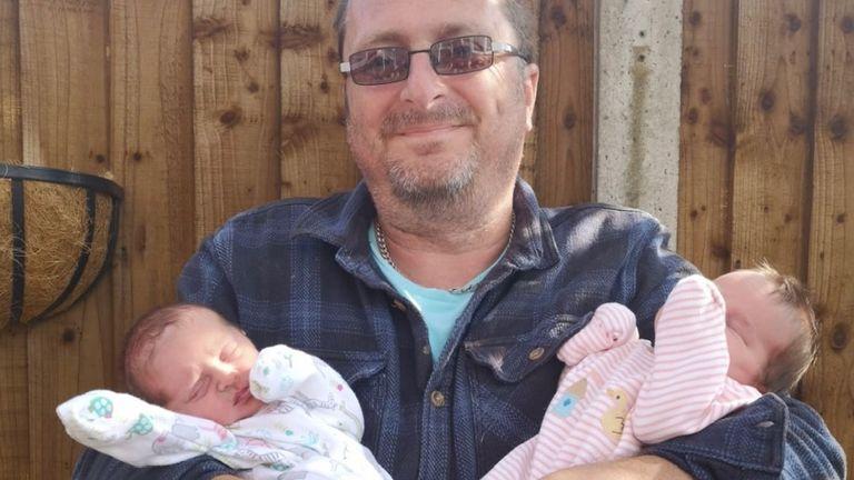 Lydia ve Naomi babası Phil Rogers ile
