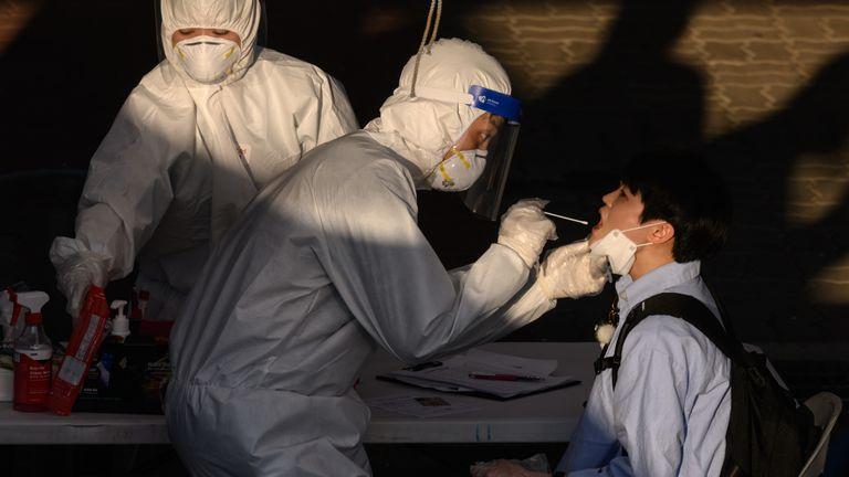 Um profissional de saúde administra uma zaragatoa em um centro temporário de teste de coronavírus em Bucheon, sul de Seul
