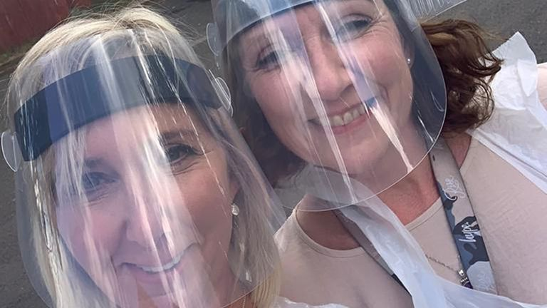 Christine Meaney ve Des Codona'nın düğünü öncesinde kişisel koruyucu ekipmanlarında Middlesbrough Asıl Kayıt Kurulu Dawn Galloway (sağda) ve Asıl Kayıt Sorumlusu Sarah Teece tarafından verilen tarihsiz çalışma kağıdı fotoğrafı. Düğün yetkilileri çiftleri kendi evlerinde evlendirmek ve ölümcül damadın tutkusunu yerine getirmek için KKD'yi bağışladı.