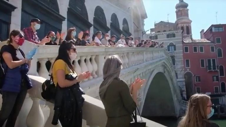 Applause in Venice for healthcare workers and in memory of those who have died