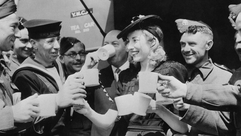 4th June 1942: Forces Sweetheart Vera Lynn, acting on behalf of the Variety Artistes Ladies' Guild, presented a mobile canteen to the mayor of Westminster who accepted it on behalf of the YMCA. Here she serves the first cups of tea to servicemen from the canteen, which is stationed in Trafalgar Square.  (Photo by Keystone/Getty Images)
