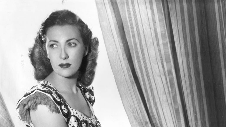 circa 1940: Dame Vera Lynn in a studio portrait. (Photo by Denis De Marney/Getty Images)