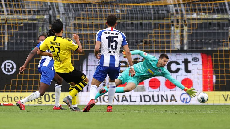 DORTMUND, GERMANY - JUNE 06: Emre Can of Borussia Dortmund scores his teams first goal past Goalkeeper, Rune Jarstein of Hertha BSC during the Bundesliga match between Borussia Dortmund and Hertha BSC at Signal Iduna Park on June 06, 2020 in Dortmund, Germany. (Photo by Lars Baron/Getty Images)