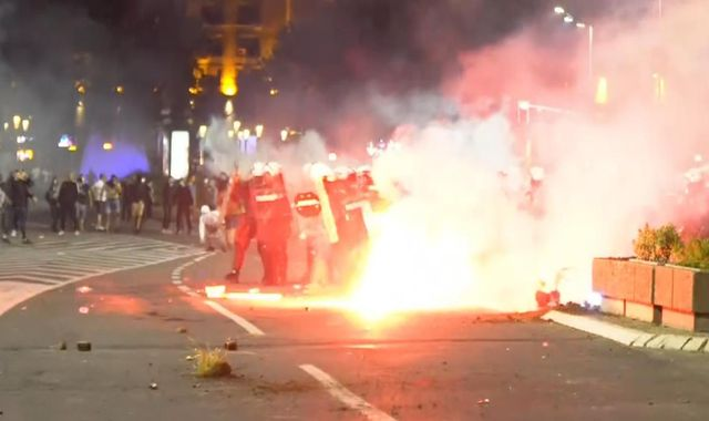 Coronavirus: Riots in the Serbian capital after government reimposes lockdown