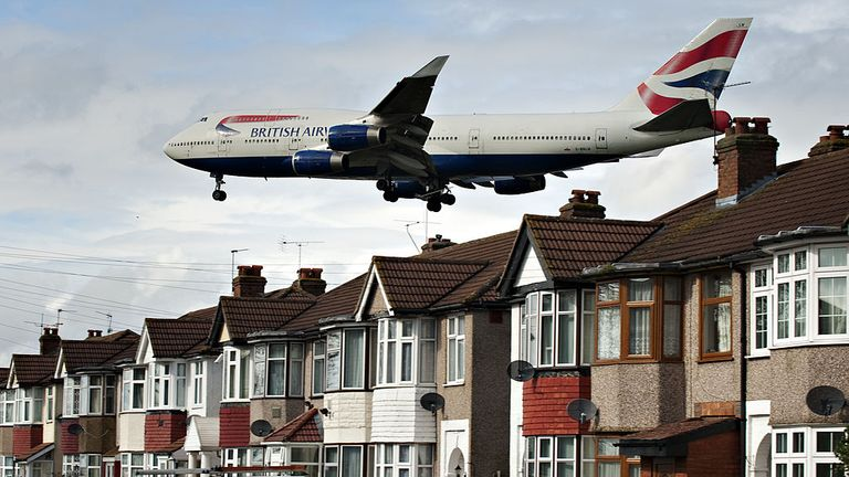 A 747 flies low over homes in West London before landing at Heathrow