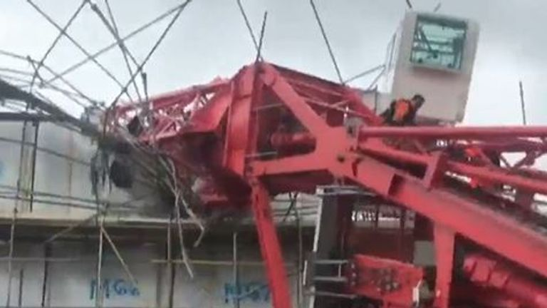 Crane collapses in Bow
