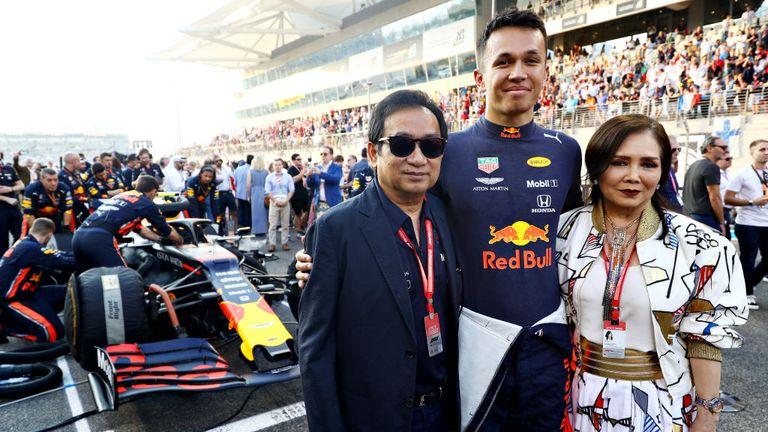 Worayuth's père, Chalerm Yoovidhya (L) hérité de la Red Bull affaires de son père