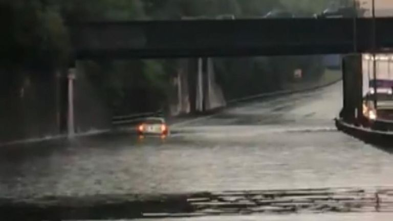 Flash flooding on the M25 due to thunderstorms stranded multiple cars