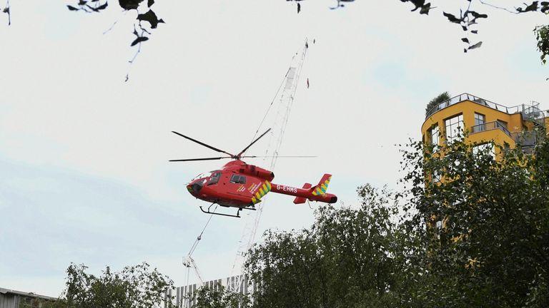 """طائرة هليكوبتر تابعة للإسعاف الجوي في لندن تقلع من خارج معرض Tate Modern في لندن في 4 أغسطس 2019 بعد أن تم إغلاقها وإجلائها بعد حادث سقوط طفل من ارتفاع ونقله جواً إلى المستشفى.  - تم إخلاء معرض Tate Modern في لندن يوم الأحد بعد سقوط طفل """"من ارتفاع"""" وتم نقله جواً إلى المستشفى.  وقالت الشرطة إنه تم القبض على مراهق على خلفية الحادث دون ذكر أي تفاصيل عن حالة الطفل.  (تصوير دانيال سورابجي / أ"""