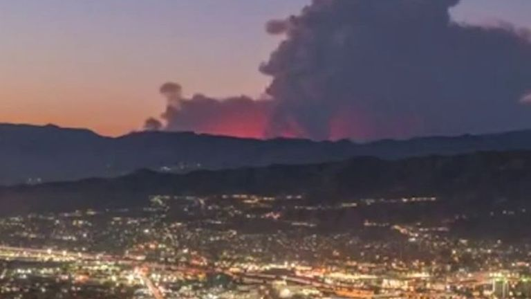 Huge smoke cloud looms over Los Angeles