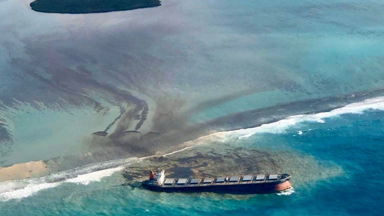 Mauritius facing environmental crisis as shipwreck leaks oil. Pic: Twitter / @PKJugnauth