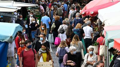 People wearing a protective mask to curb the spread of the novel coronavirus (Covid-19) shop at a market on September 12, 2020 in Rennes, western France. - The evolution of the epidemiological situation of the coronavirus in France shows