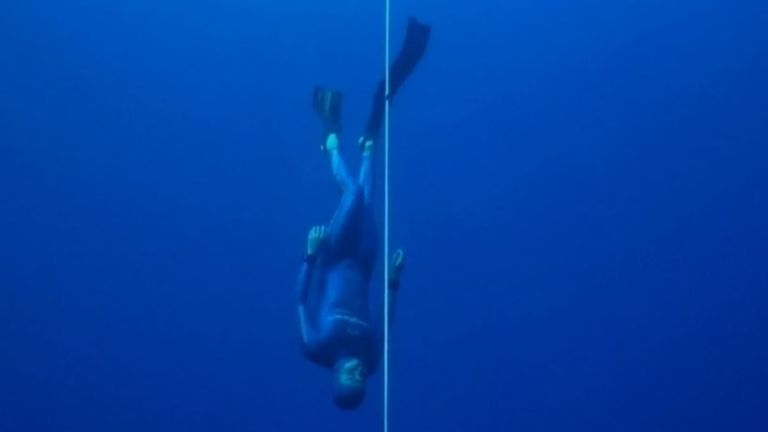 Man sets new record for bi-fin dive at 112m