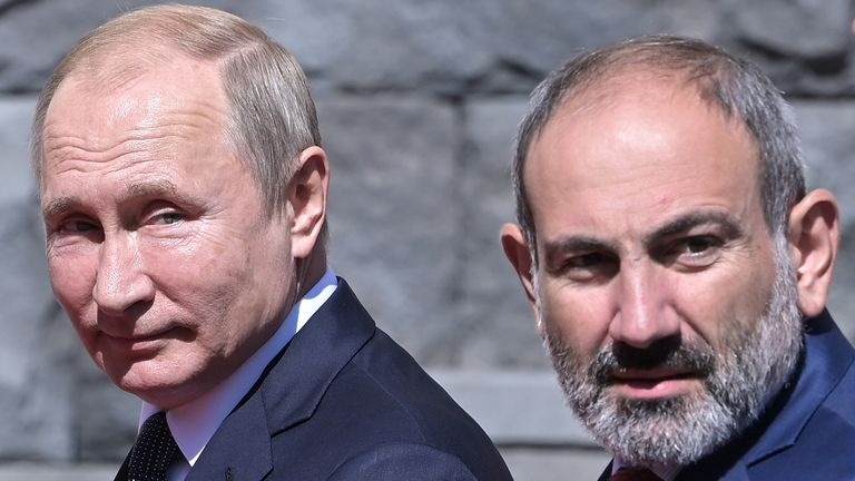 Russia's President Vladimir Putin (L) and Armenia's Prime Minister Nikol Pashinyan in 2019
