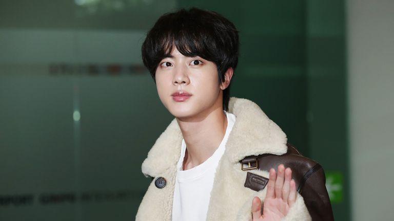Jin du boy band BTS est vu au départ à l'aéroport international de Gimpo le 21 novembre 2019 à Séoul, Corée du Sud