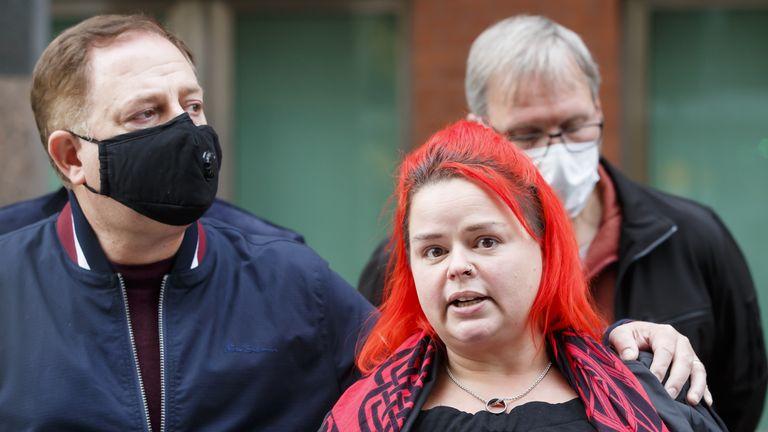 بیوه کلر مرسر (راست) بیانیه ای را برای مطبوعات ، در خارج از دادگاه تاج شفیلد قرائت می کند ، پس از اینکه راننده کامیون Prezemyslaw Zbigniew Szuba به علت ایجاد مرگ دو مرد در یک بزرگراه هوشمند زندانی شد.