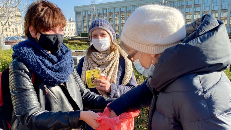 Volunteers hand out food in the square Pic: Anastasia Leonova