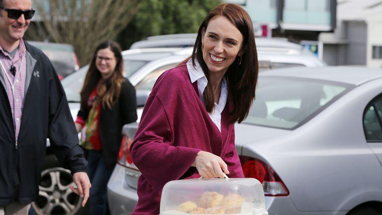 Jacinda Ardern llega con bollos mientras visita a los voluntarios del Día de las Elecciones Laborales