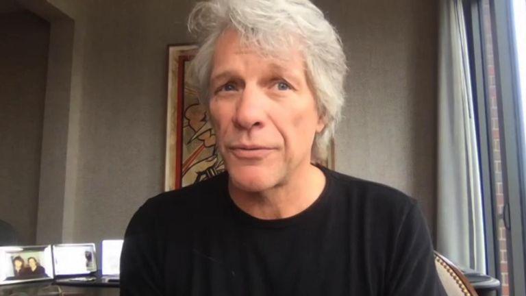 Le chanteur Jon Bon Jovi parle à Kay Burley