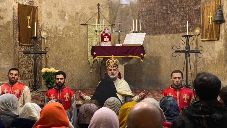 الأسقف هوفانيس هوفهانيسيان يترأس القداس الإلهي في كنيسة كاتدرائية داديفانك