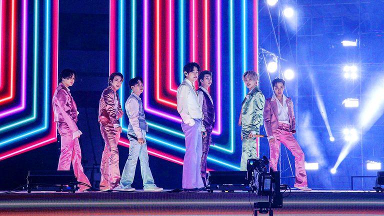 قدمت فرقة BTS في حفل توزيع جوائز الموسيقى الأمريكية من كوريا الجنوبية