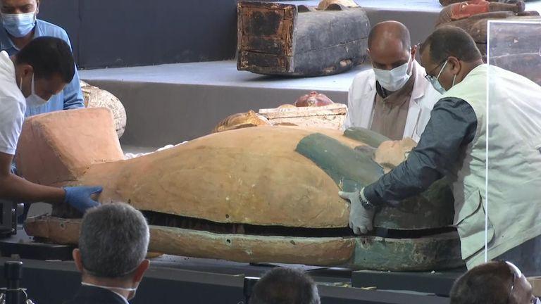 اكتشاف ضخم: العثور على 100 تابوت قديم بعضها يحتوي على مومياوات