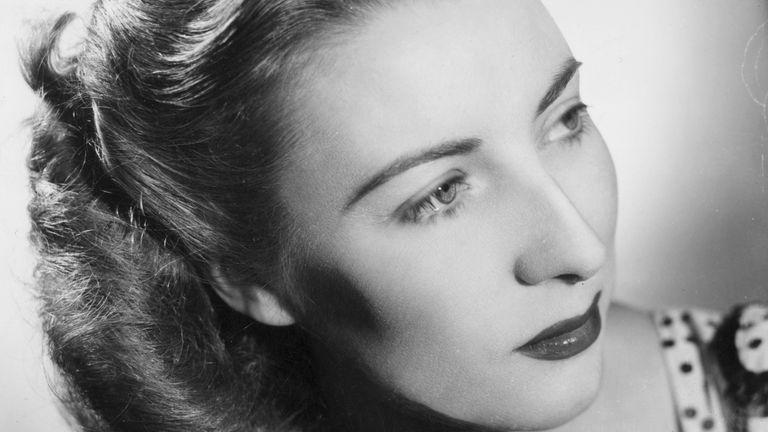 Circa 1947: Dame Vera Lynn in a studio portrait. (Photo by Denis De Marney/Hulton Archive/Getty Images)