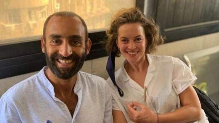 الناشط الحقوقي المصري كريم النارة وزوجته البريطانية جيسيكا كيلي.