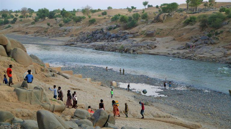 اللاجئون الإثيوبيون الذين فروا من الصراع في منطقة تيغراي بإثيوبيا في مركز استقبال حمديات في بلدة حميدية الحدودية ، السودان.  الموافقة المسبقة عن علم: Leni Kinzli / EPA-EFE / Shutterstock