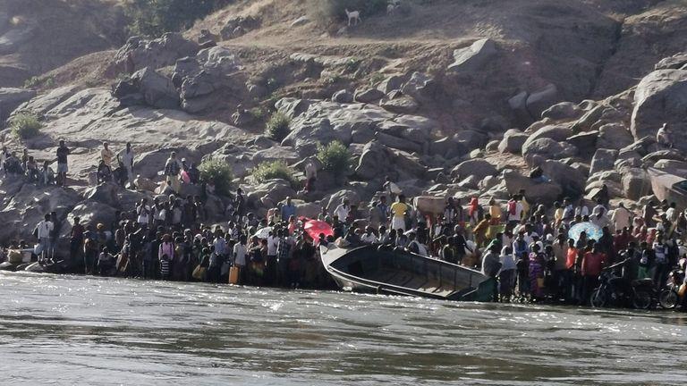 إثيوبيون يفرون من القتال الدائر في منطقة تيغراي ويعبرون نهر سيتيت على الحدود السودانية الإثيوبية في قرية حمدايت في ولاية كسلا الشرقية ، السودان