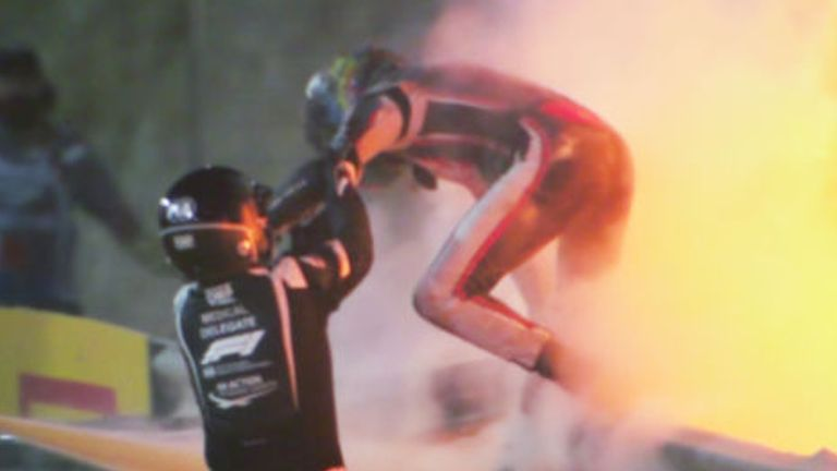 البحرين ، البحرين - 29 نوفمبر: تم تصوير رومان جروجان من فرنسا وهاس F1 على شاشة أثناء الهروب من حادث تحطم طائرة خلال سباق الجائزة الكبرى للفورمولا 1 في البحرين في حلبة البحرين الدولية في 29 نوفمبر 2020 في البحرين ، البحرين.  (تصوير بيتر فوكس / جيتي إيماجيس)