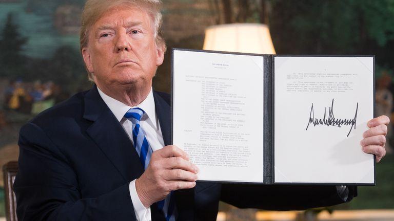 وقع دونالد ترامب وثيقة تعيد فرض العقوبات على إيران بعد إعلان انسحاب الولايات المتحدة من الاتفاق النووي الإيراني