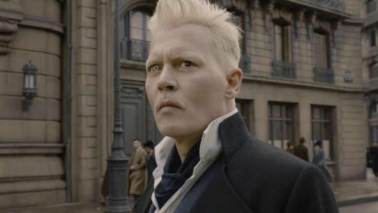 جوني ديب في دور جيليرت جريندلفالد في Fantastic Beasts: The Crimes of Grindelwald - 2018. الموافقة المسبقة عن علم: Warner Bros