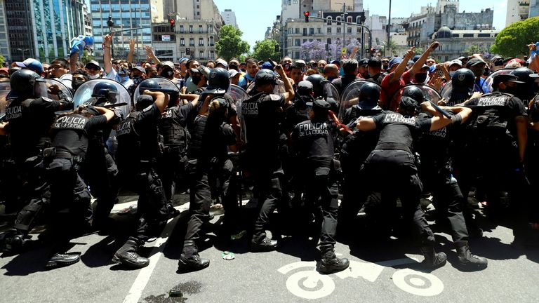Fans clash with police in Buenos Aires