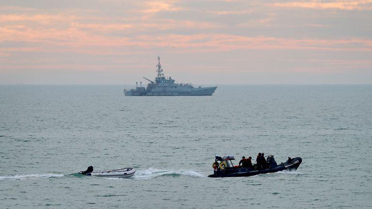 11:29 - 9 نوامبر 2020 سیاست ها مهاجران بارگیری حوادث عبور از کانال مهاجران یک قایق کوچک توسط ناو نیروی مرزی بکسل می شود در حالی که جستجوی نیروی مرزی (بالا) به دنبال یک حادثه قایق کوچک در کانال صبح زود در خط ساحلی گشت می زند.